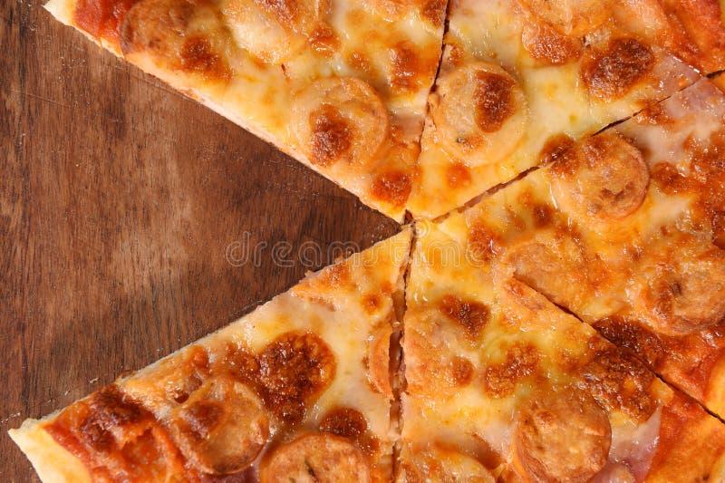 Pizza op houten achtergrond stock afbeelding
