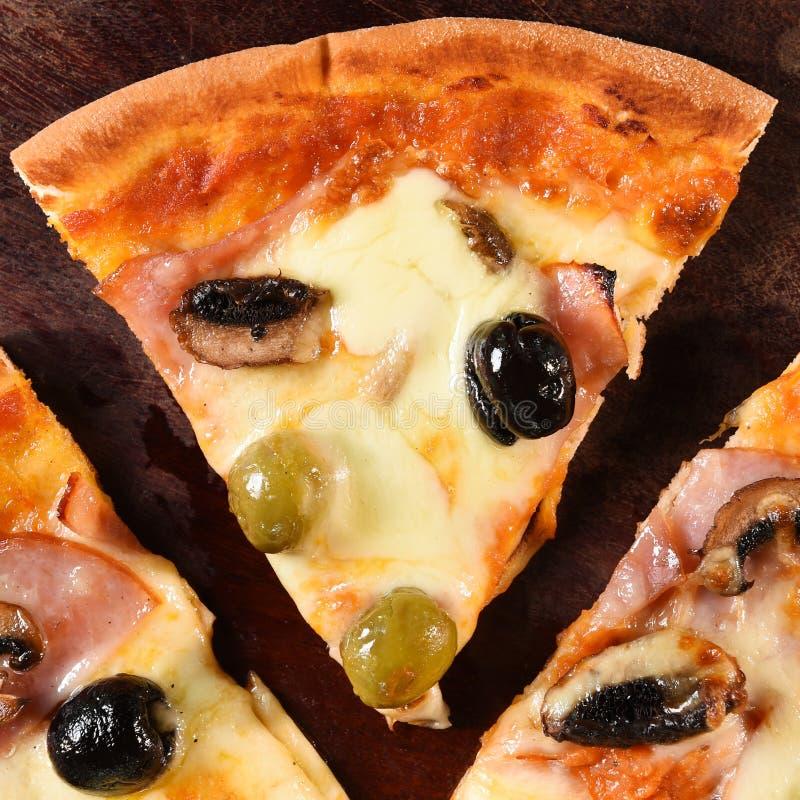 Pizza op houten achtergrond stock afbeeldingen