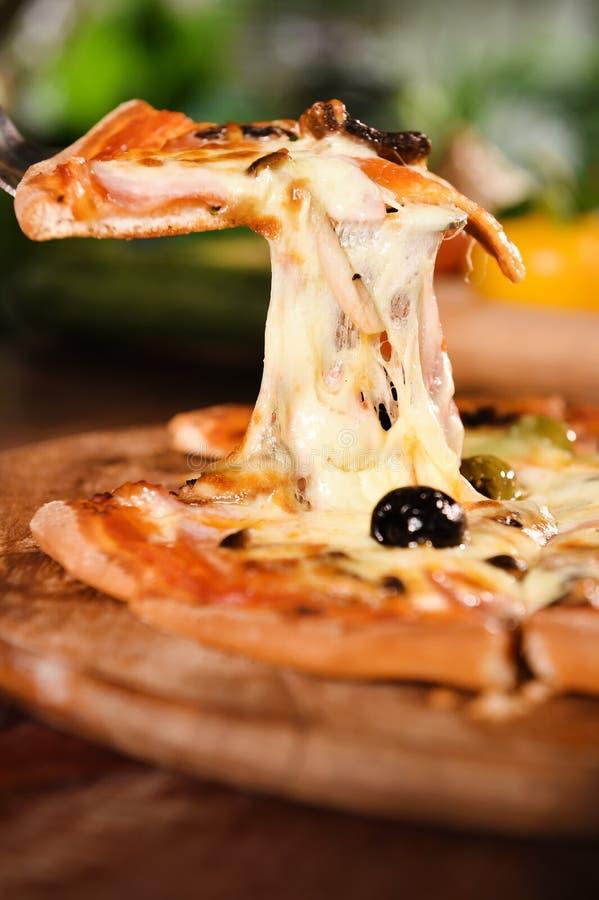 Pizza op houten achtergrond royalty-vrije stock afbeeldingen