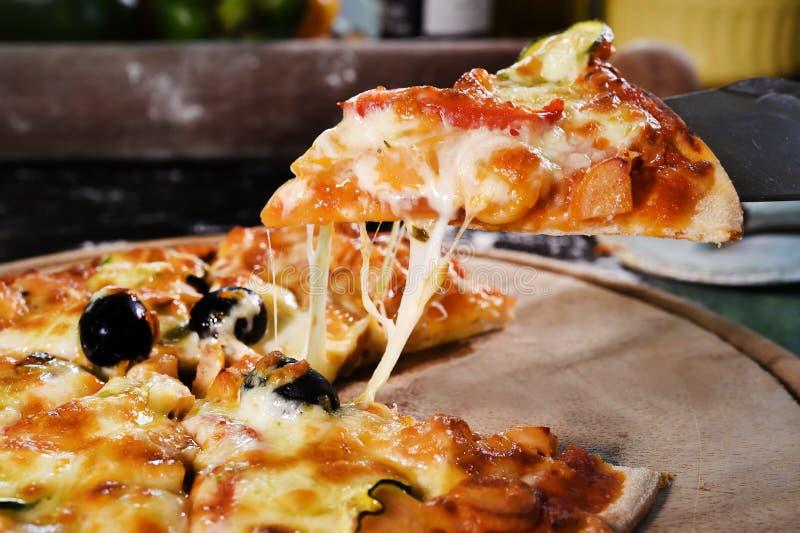 Pizza op houten achtergrond royalty-vrije stock fotografie