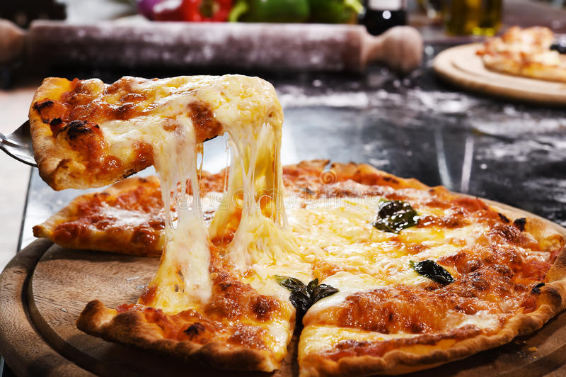 Pizza op houten achtergrond stock fotografie