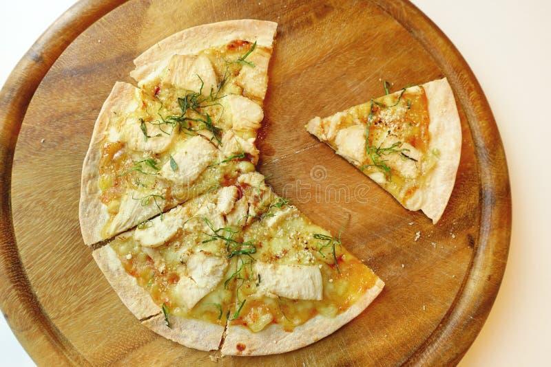 Pizza op houten raad stock fotografie