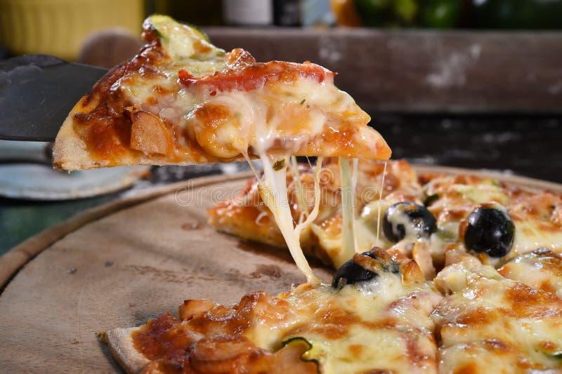 Pizza opheffende plak op houten raad royalty-vrije stock fotografie