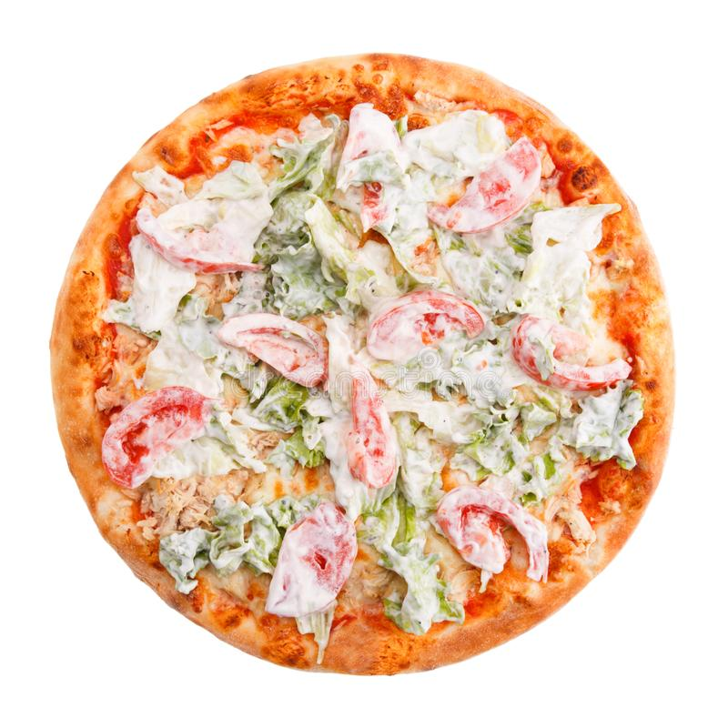 Pizza originale farcita con insalata di verdure con i pomodori, le erbe e la panna acida immagine stock