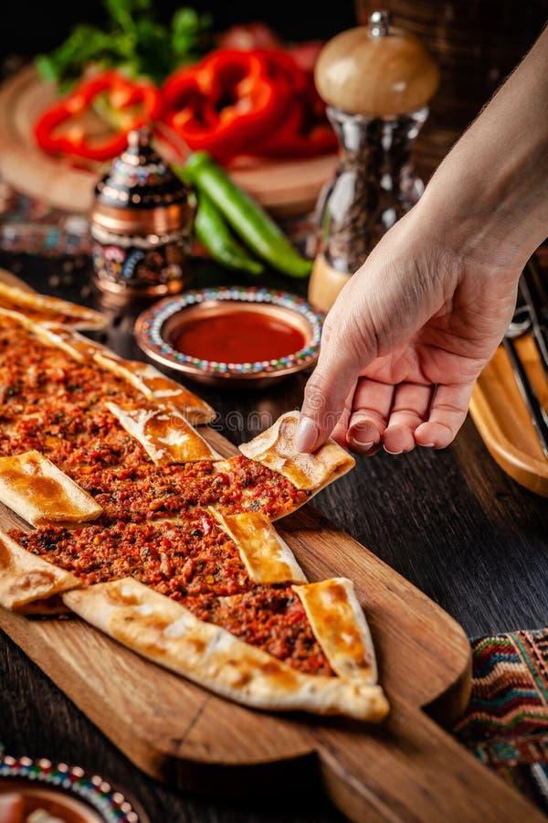 Pizza ou lahmacun tradicional do turco cuisine Pão árabe turco da pizza com carne Turk Pidesi ou Sucuk Pide Pratos servindo bonit fotografia de stock