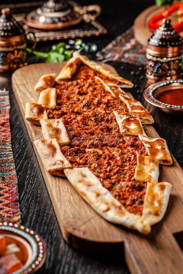 Pizza ou lahmacun tradicional do turco cuisine Pão árabe turco da pizza com carne Turk Pidesi ou Sucuk Pide Pratos servindo bonit imagem de stock