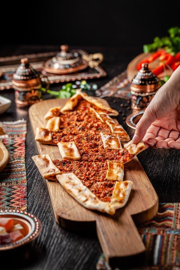 Pizza ou lahmacun tradicional do turco cuisine Pão árabe turco da pizza com carne Turk Pidesi ou Sucuk Pide Pratos servindo bonit foto de stock royalty free