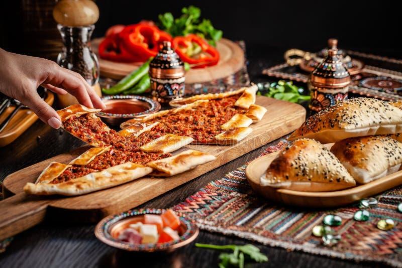 Pizza ou lahmacun tradicional do turco cuisine Pão árabe turco da pizza com carne Turk Pidesi ou Sucuk Pide Pratos servindo bonit foto de stock