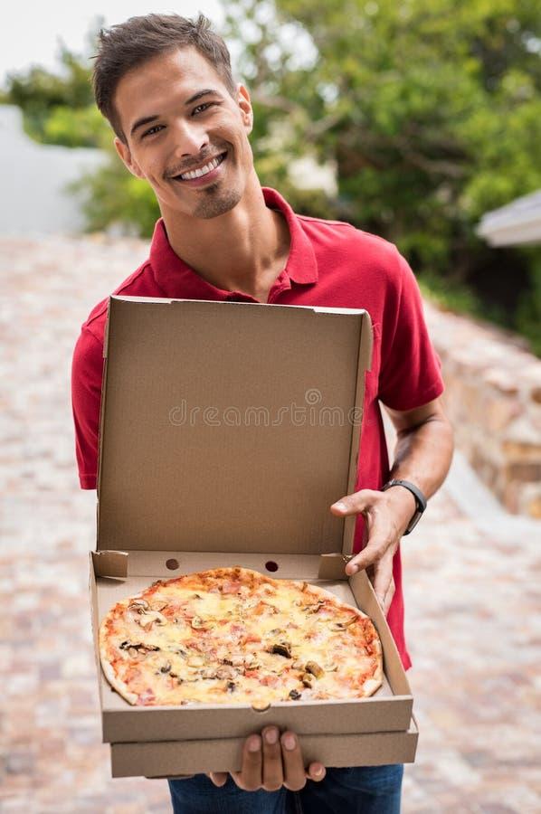Pizza ouverte de participation de garçon de pizza image stock