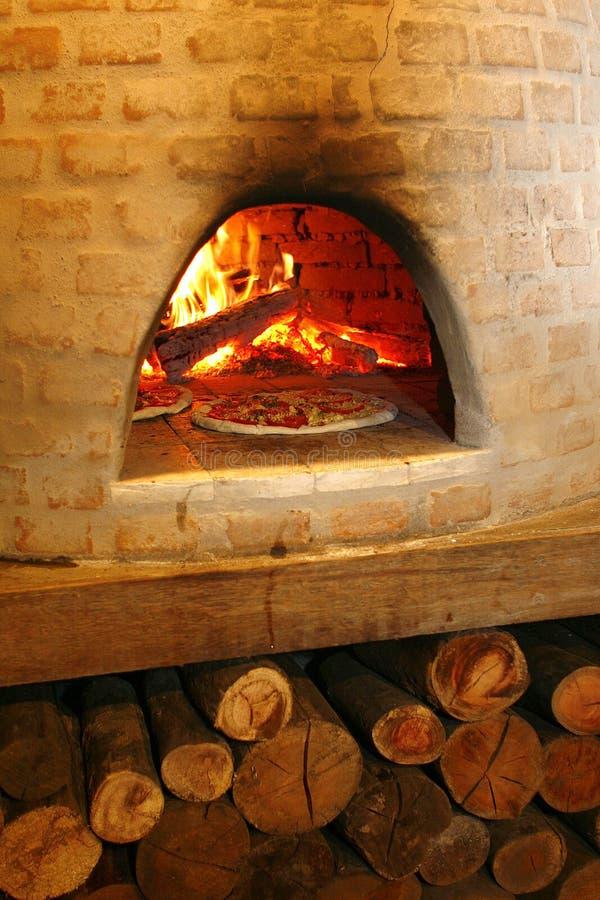Pizza in owen antico immagine stock
