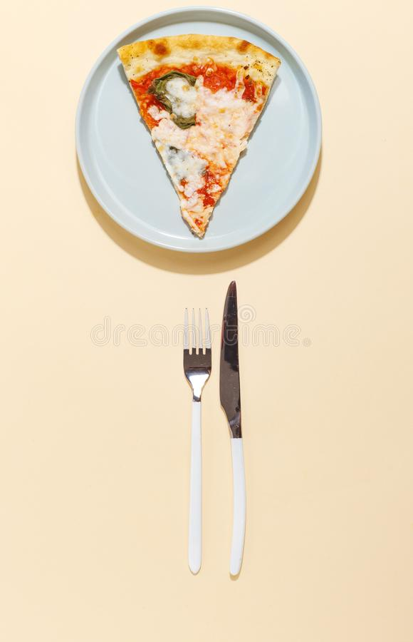 Pizza på en blå plattagaffel och kniv på en gul bakgrund Top beskådar arkivbild