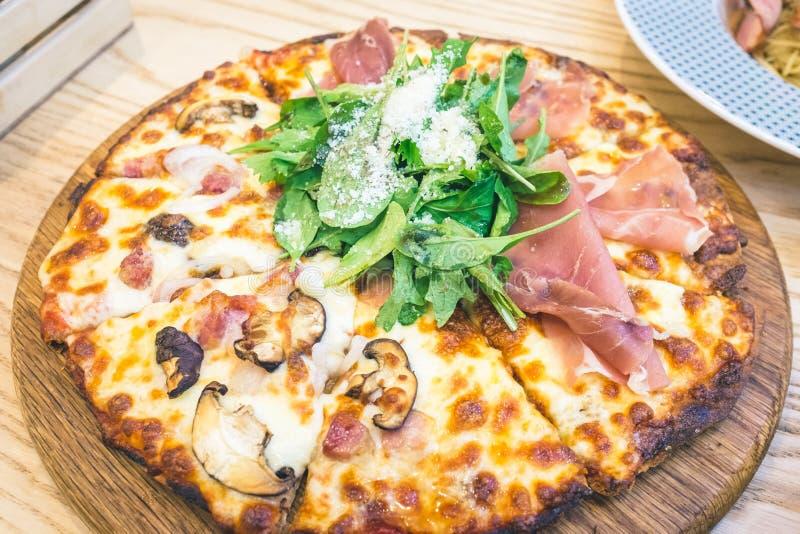 Pizza Parma Ham Rocket och baconchampinjon arkivfoton