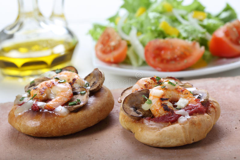 Pizza pequena do camarão fotos de stock