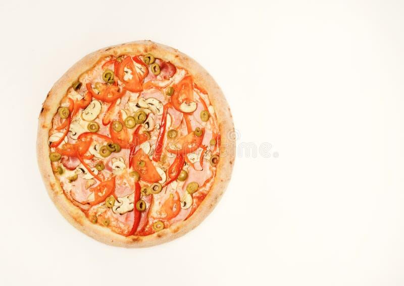 Pizza picante con los pedazos de la pimienta Comida para llevar con los bordes crujientes imagen de archivo