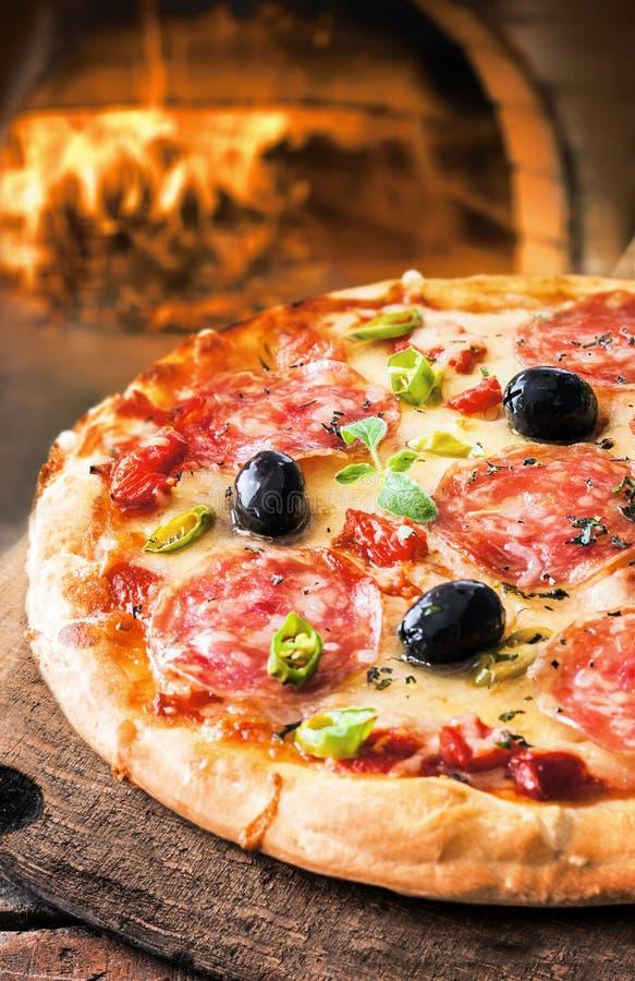 Pizza piccante del salame fotografia stock