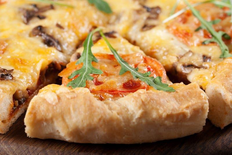 pizza pieczarkowi pomidory zdjęcia royalty free