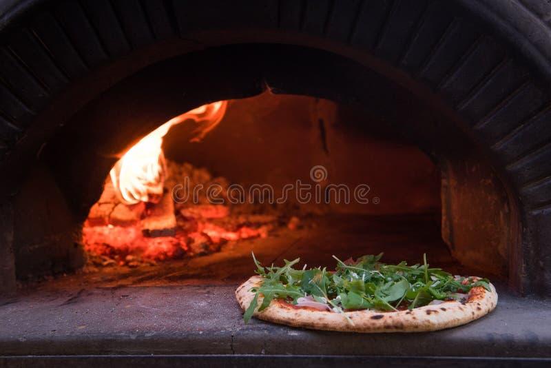 Pizza piekarnik z rucola zdjęcia royalty free