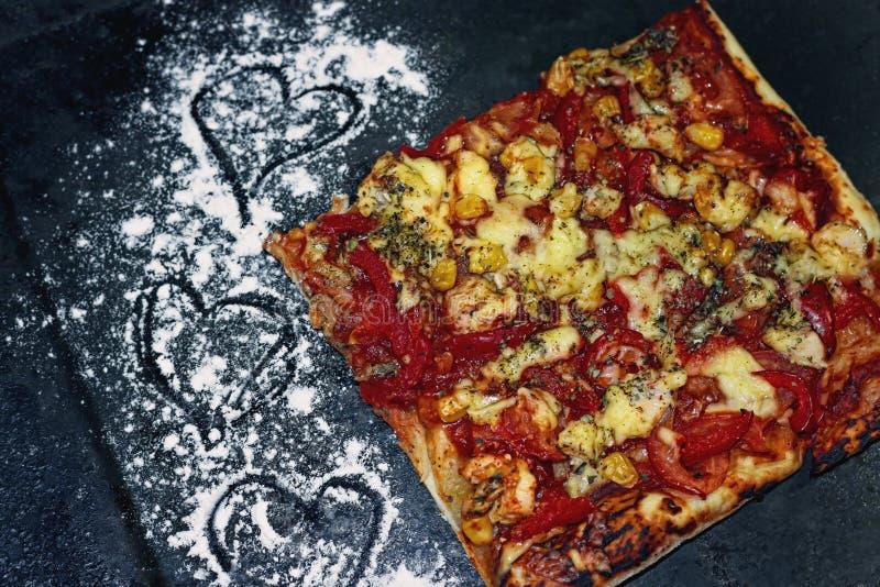 Pizza plasterek na czarnej smaży niecce obraz stock