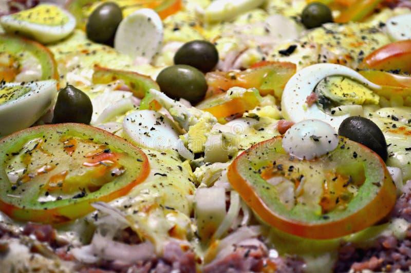 Pizza portuguesa com ovos e presunto fotografia de stock
