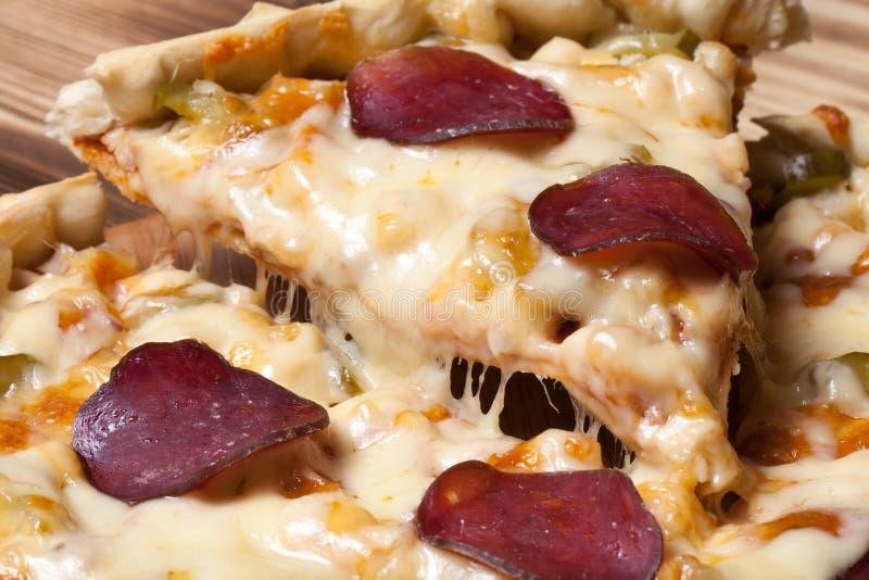 Pizza préparée avec du fromage fondu Foyer sélectif images stock