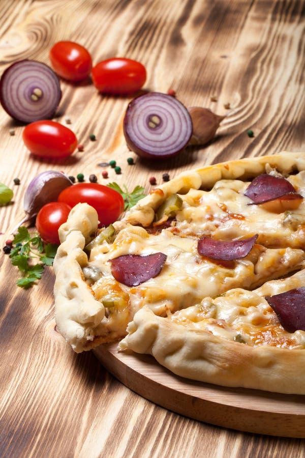 Pizza préparée avec du fromage fondu Foyer sélectif photos stock