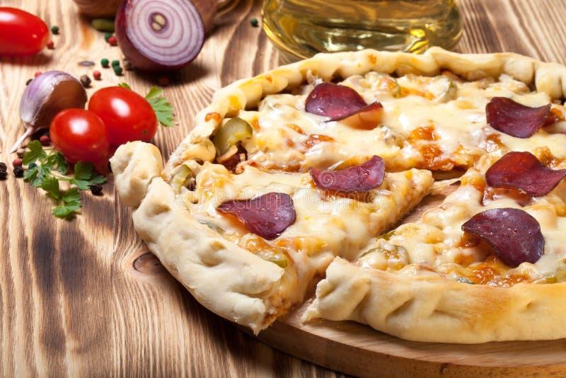 Pizza préparée avec du fromage fondu Foyer sélectif photo libre de droits