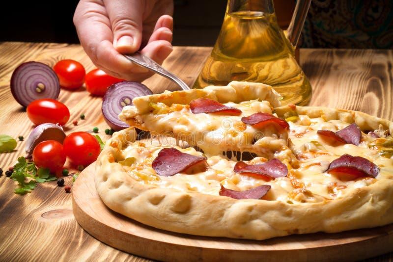 Pizza préparée avec du fromage fondu Foyer sélectif toned images libres de droits