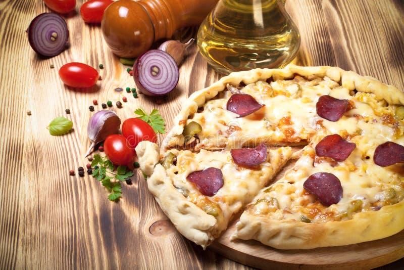 Pizza préparée avec du fromage fondu toned images stock