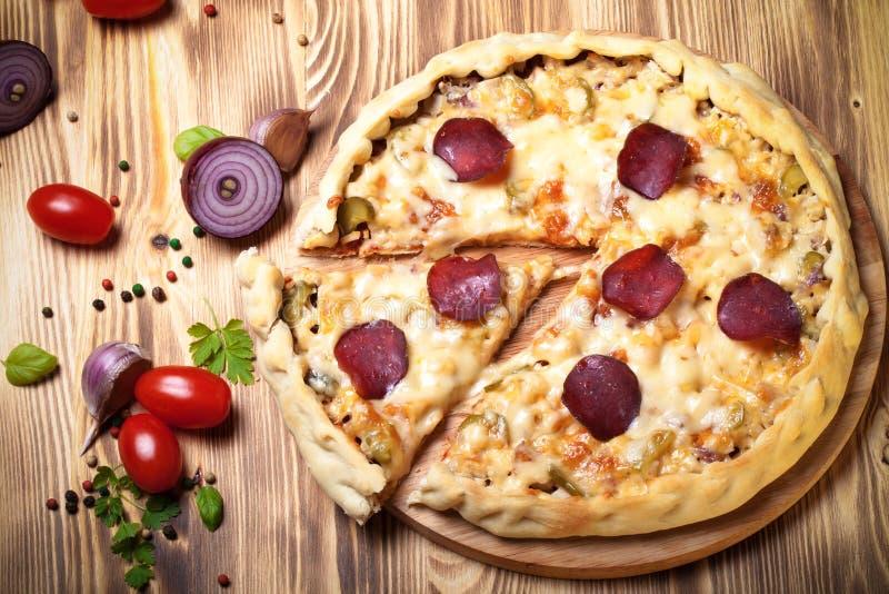 Pizza préparée avec du fromage fondu toned image stock
