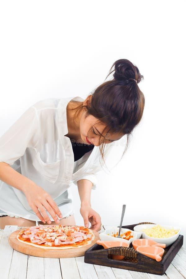 Pizza prepareing della donna immagini stock