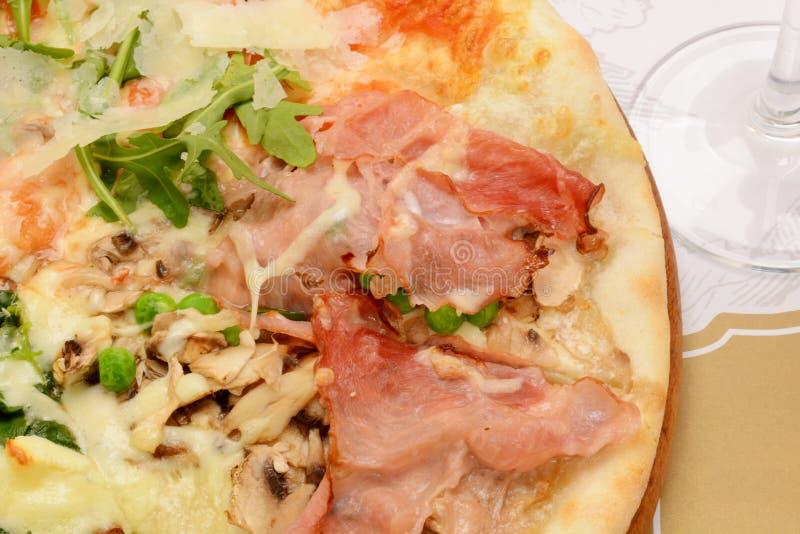 Pizza profonda rustica del piatto con il formaggio della mozzarella, il salame, il prosciutto, le olive nere, i funghi, le spezie fotografie stock