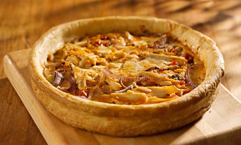 Pizza profonde de plat de style de Chicago avec le poulet de buffle photographie stock libre de droits
