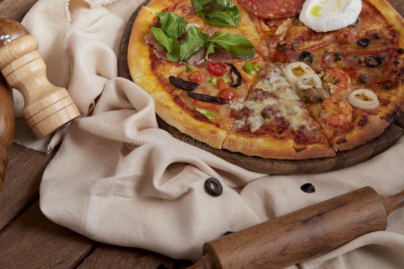 Pizza pronta fresca deliziosa io fotografie stock libere da diritti