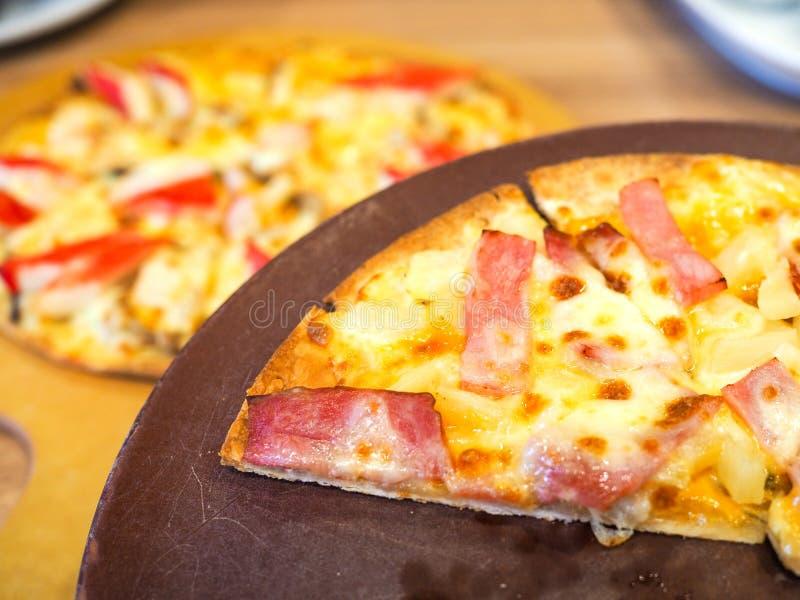 Pizza pyszna podawana na płycie drewnianej obraz royalty free