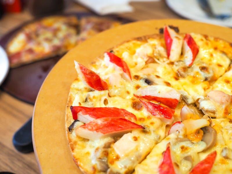 Pizza pyszna podawana na płycie drewnianej zdjęcia royalty free