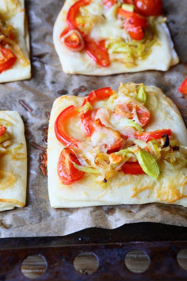 Pizza quadrada com os alho-porros da pimenta vermelha e da cebola foto de stock