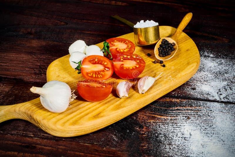 Pizza que cozinha ingredientes Massa, vegetais e especiarias Vista superior com espaço da cópia fotografia de stock royalty free