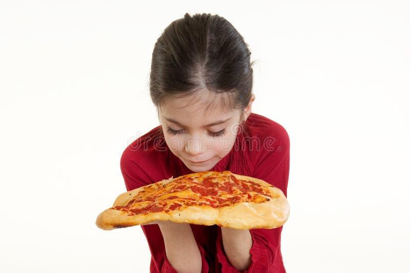 Pizza que huele del niño fotografía de archivo libre de regalías