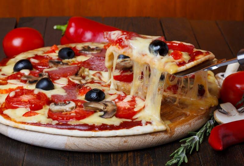 Pizza quente com queijo de derretimento foto de stock