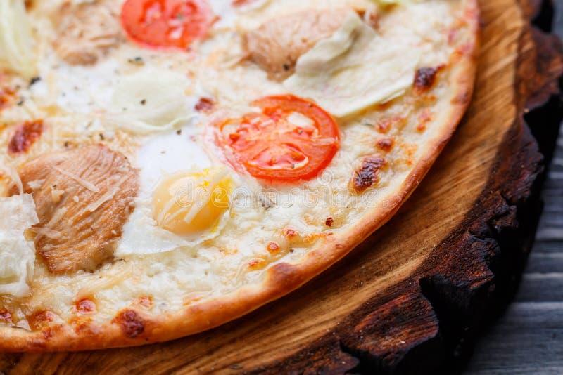 Pizza quente fresca com tomates de cereja, galinha grelhada de caesar, le fotos de stock royalty free