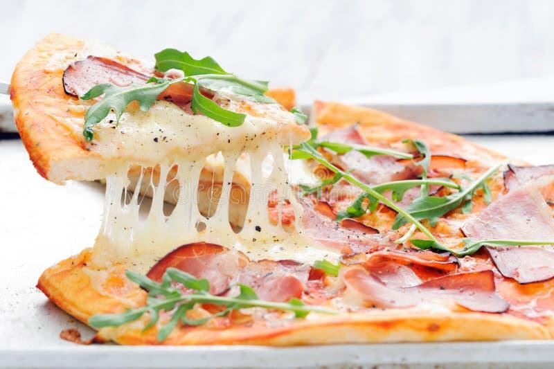 Pizza rústica gourmet levantada fotografia de stock royalty free