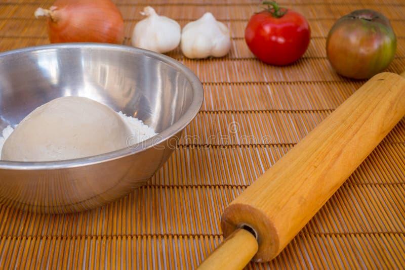 Pizza recentemente cozida do artesão com produtos frescos e queijo imagem de stock royalty free
