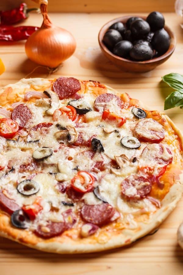 Pizza recientemente cocida foto de archivo