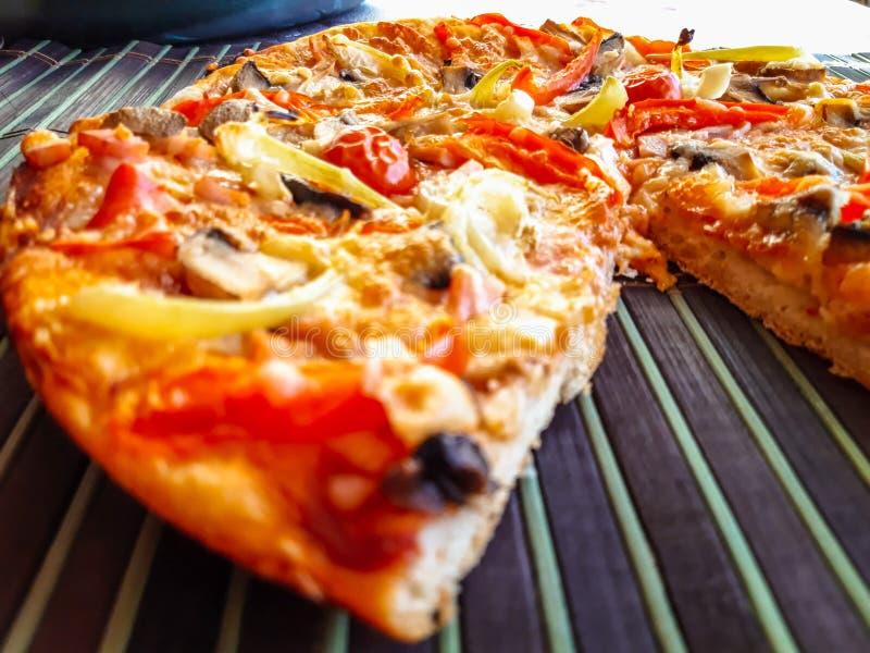Pizza recientemente cocida con el jamón fotografía de archivo