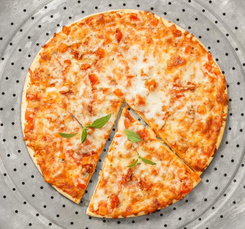 Pizza recientemente cocida del margherita en una bandeja del metal fotos de archivo libres de regalías