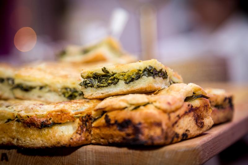 Pizza rellena con salchichas de cerdo y friarielli broccoli en el tablero de madera, comida típica napolitana fotografía de archivo libre de regalías
