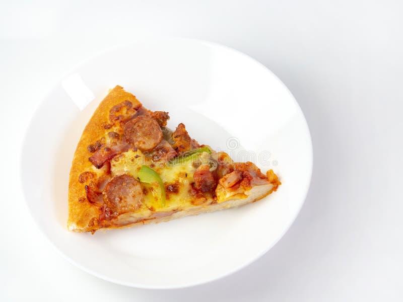 A pizza restante está na placa A pizza do close-up está no prato imagens de stock