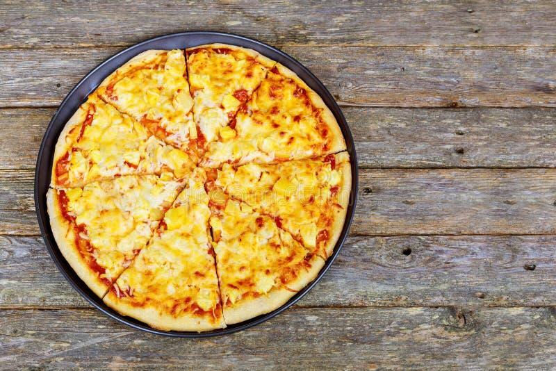 Pizza Restauracyjny menu - Wyśmienicie Korzenna pizza z kiełbasami i Chili pieprzem Pizza na Nieociosanym Drewnianym stole obraz royalty free