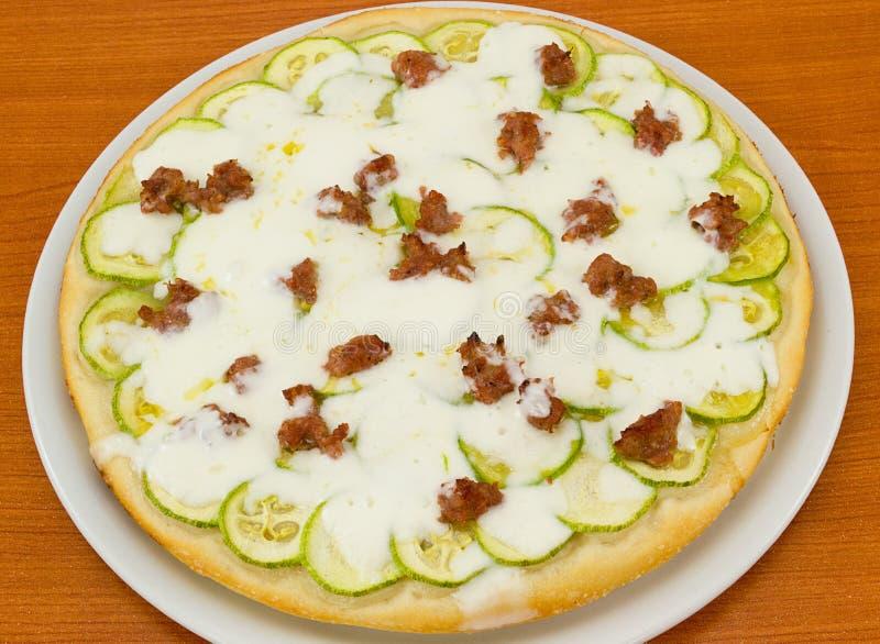 Pizza rotonda con lo zucchini e il sausa fotografia stock