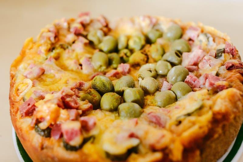 Pizza rotonda domestica con le olive fotografia stock libera da diritti